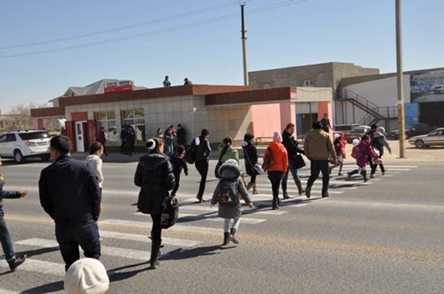 Дети из п.Атамекен ежедневно рискуют оказаться под колесами автомобилей