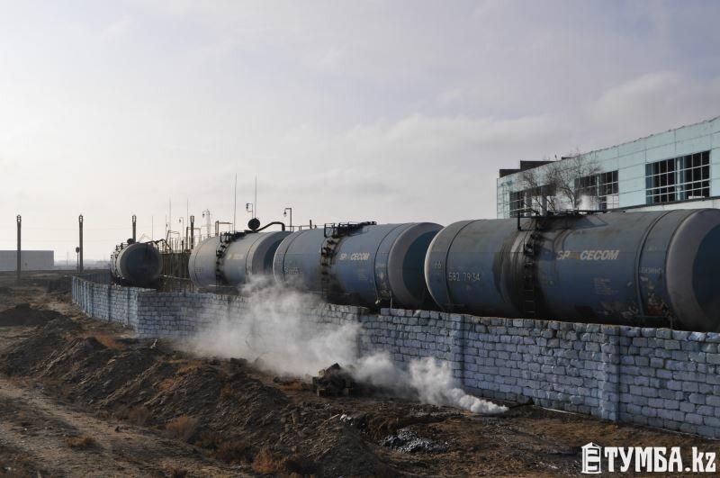 В Актау компанию, сливающую нефтешлам на землю, не спешат проверять