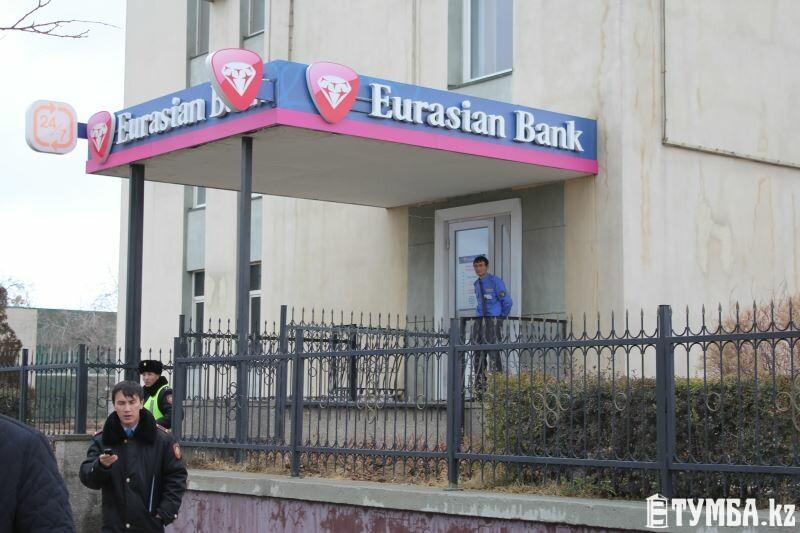 Появилось видео ограбления клиента Евразийского банка в Актау