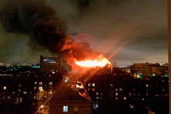 В Москве горит машиностроительный завод в Тушино (видео)