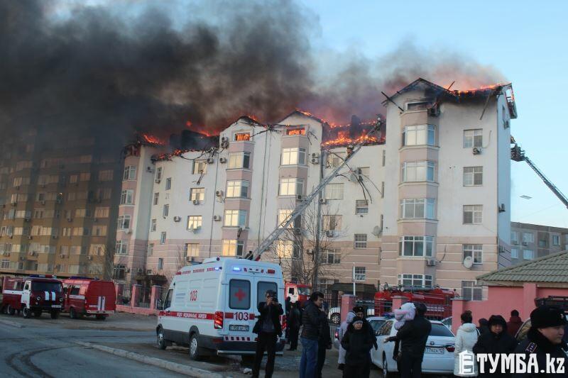 В 13 мкр Актау горит жилой дом