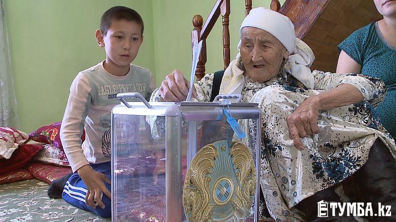105-летняя жительница Мангистауской области проголосовала при помощи передвижной урны