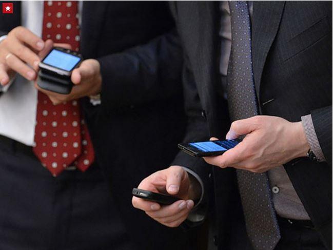 В Казахстане госслужащим запретят пользоваться смартфонами на работе